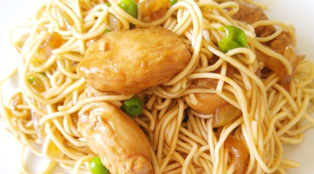 nouilles sautées caramélisées au poulet oignon petits pois