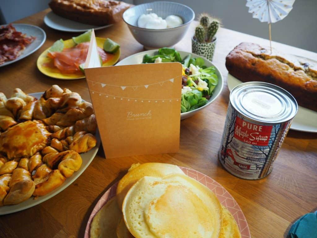 anniversaire brunch fait maison popcarte papeterie pancakes tarte soleil salade cake jambon fromage