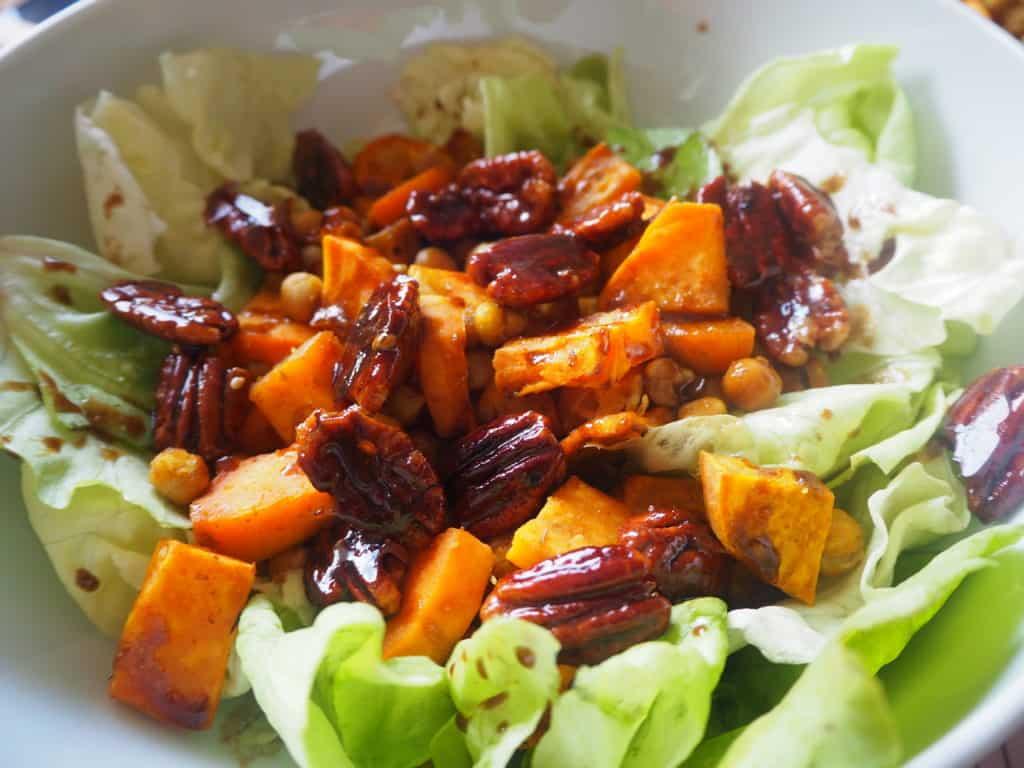 Salade d'automne feuilles de chêne patate douce noix de pécan pois chiche